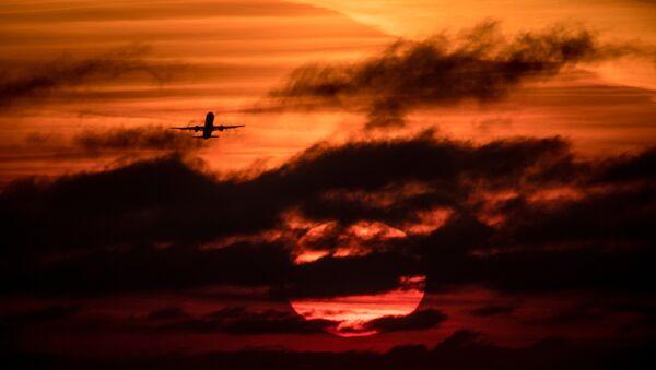 Летящий самолет. Архивное фото - Sputnik Аҧсны