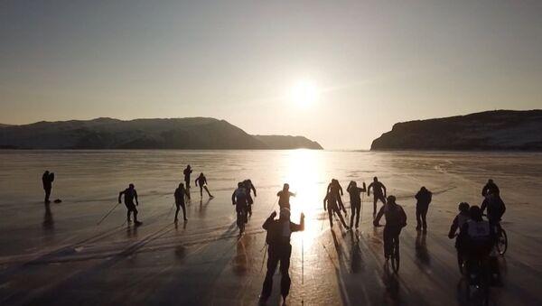 На льду Байкла устроили гонки на велосипедах, лыжах и коньках - Sputnik Абхазия