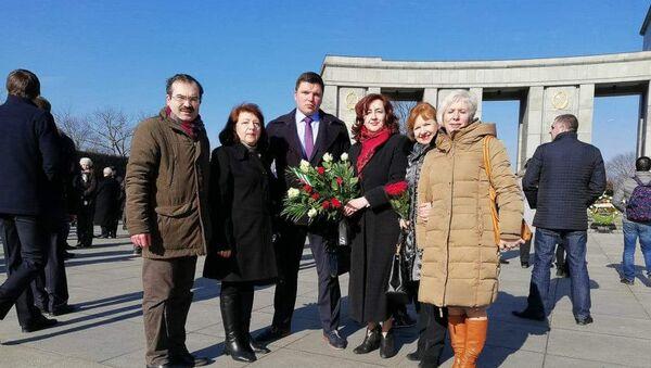 Возложение цветов у подножия моментального комплекса советским воинам у Рейхстага в котором приняли участие дипломатические представительства России, стран СНГ, Германии, а также многочисленные политические и общественные деятели, граждане - Sputnik Абхазия