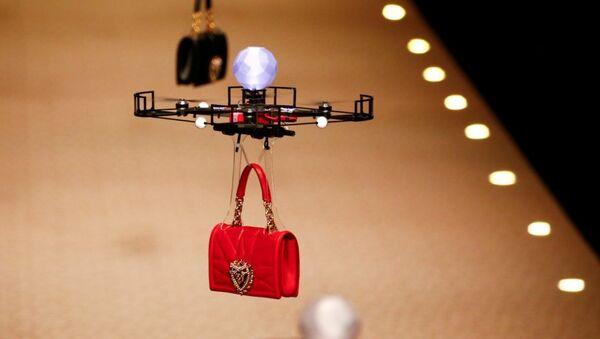 На показе Dolce&Gabbana на подиум выпустили дроны с сумочками - Sputnik Абхазия