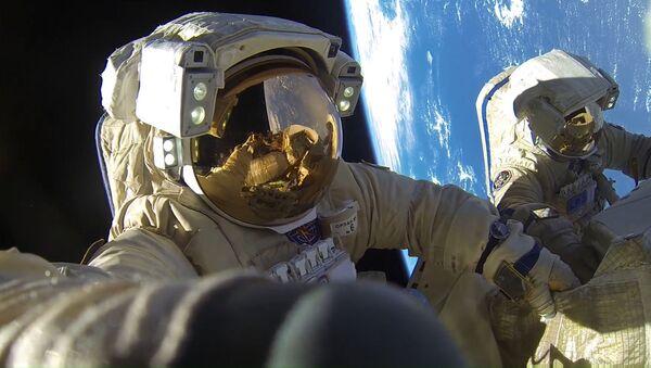 Космонавты Роскосмоса Антон Шкаплеров и Александр Мисуркин во время выхода в открытый космос - Sputnik Абхазия