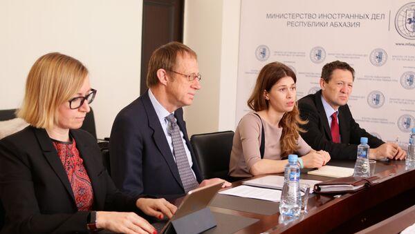 Встреча Министра иностранных дел Республики Абхазия Даура Кове с постоянным координатором Программы развития ООН (UNDP) Нильсом Скоттом - Sputnik Аҧсны