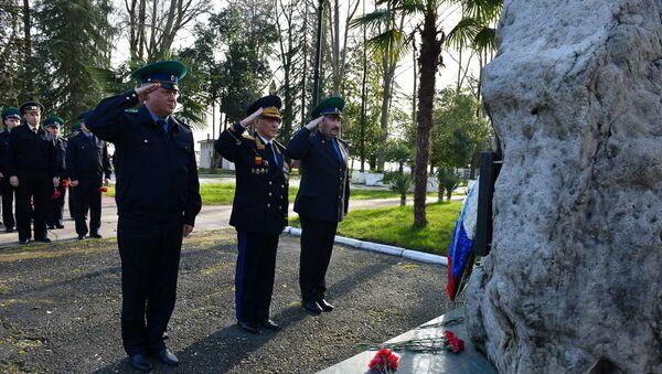 Возложение цветов памятнику пограничникам - Sputnik Абхазия
