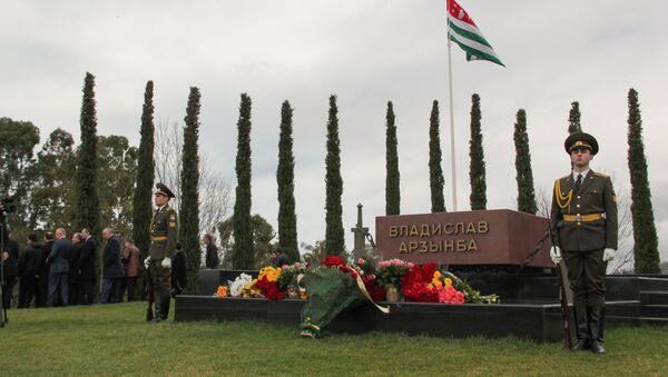Возложение цветов к могиле В.Г. Ардзинба - Sputnik Абхазия
