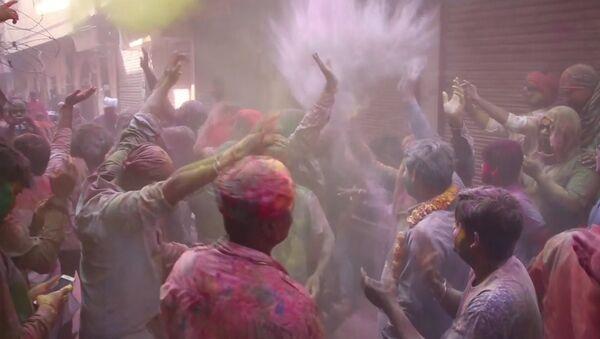 Фестиваль весны Холи празднуют на севере Индии и в ОАЭ - Sputnik Абхазия