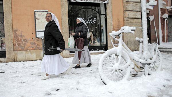 Монашки на улице Рима после обильного снегопада - Sputnik Абхазия