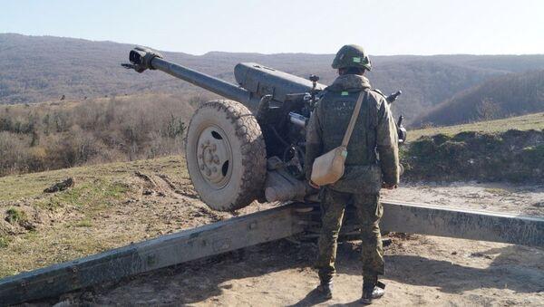 Российские артиллеристы ЮВО в Абхазии в условиях горно-лесистой местности уничтожили подземные командные пункты условного противника - Sputnik Абхазия