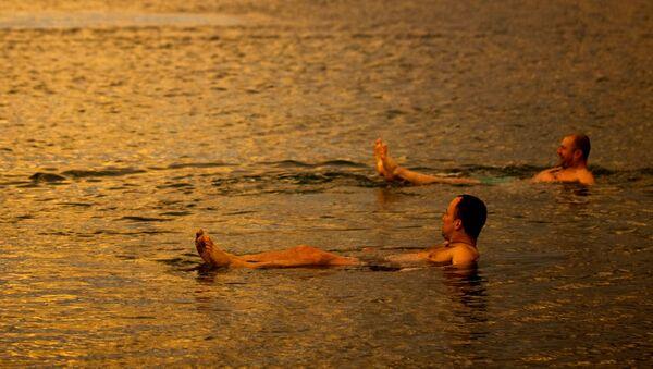 Туристы из Польши купаются в Мертвом море, Израиль, Западный берег - Sputnik Абхазия