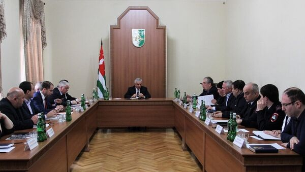 7 марта Президент Республики Абхазия Рауль Хаджимба провел совещание по вопросам выдачи общегражданских паспортов гражданина Республики Абхазия и вида на жительство - Sputnik Абхазия