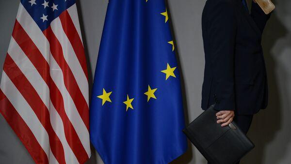 Флаги США и Европейского совета в Брюсселе - Sputnik Абхазия