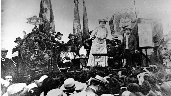Роза Люксембург (Розалия Луксенбург)  на сцене с ее прекрасным платьем и шляпой во время встречи социал-демократов, обращаясь к товарищам в Штутгарте, Германия, в 1907 году - Sputnik Абхазия