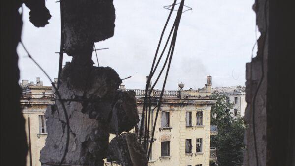 Грузино-абхазский конфликт 1993-1994 года. Разрушенные дома в центре города Сухуми - Sputnik Абхазия