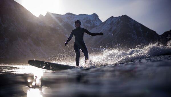 Серфер на волне, Лофотенские острова, Норвегия - Sputnik Абхазия