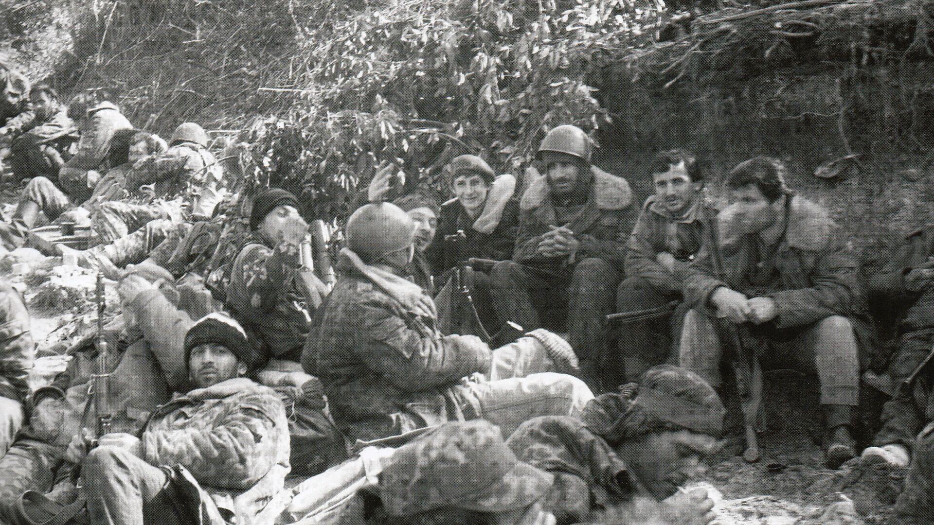 Бойцы абхазской армии отдыхают после выхода из боя - Sputnik Аҧсны, 1920, 03.10.2021