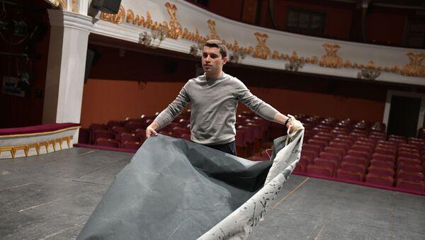 Актер молодежного театра Беслан Лагулаа во время сборов на гастроли спектакля Келешбей - Sputnik Абхазия