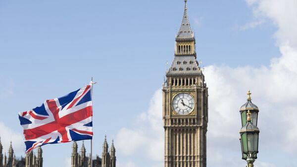 Флаг Великобритании на фоне Вестминстерского дворца в Лондоне. - Sputnik Аҧсны