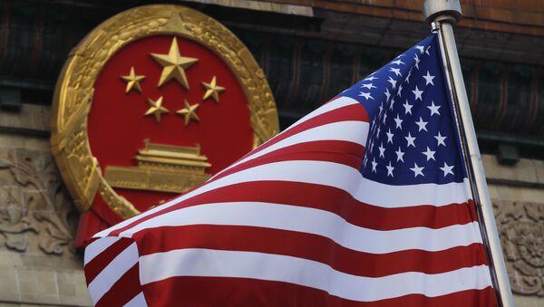 Флаг США на фоне эмблемы Китая - Sputnik Абхазия