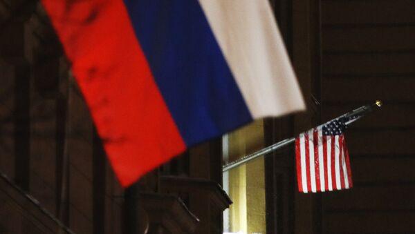 Флаги России и США на здании посольства США. - Sputnik Аҧсны