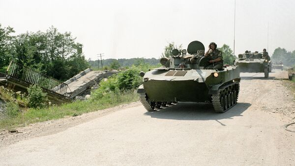 Подразделения Российских миротворческих сил движутся по Сухумскому шоссе. - Sputnik Абхазия