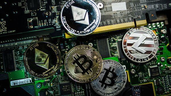 Сувенирные монеты с логотипами криптовалют Bitcoin, Litecoin и Ethereum. - Sputnik Аҧсны