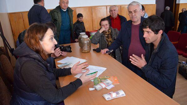 Закуп мраморного клопа, собранного жителями Гулрыпшского района, в администрации района - Sputnik Абхазия
