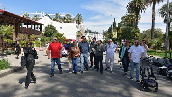 Экскурсия для участников кинофестиваля по набережной Сухума - Sputnik Абхазия
