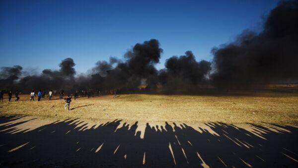Палестинские протестующие во время столкновений с израильскими военными на границе сектора Газа и Израиля - Sputnik Абхазия