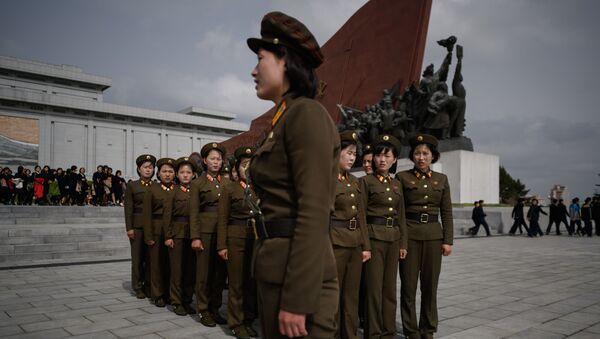 Северокорейские военные напротив скульптур лидеров КНДР Ким Ир Сена и Ким Чен Ира в Пхеньяне - Sputnik Аҧсны