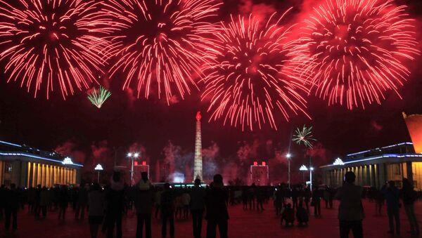 Салют в честь празднования дня рождения основателя северокорейского государства Ким Ир Сена в Пхеньяне - Sputnik Абхазия