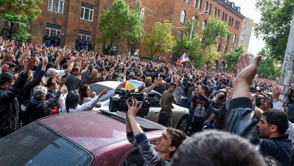 Протестующие перед отделением полиции, где предположительно находится Никол Пашинян (22 апреля 2018). Ереван - Sputnik Аҧсны