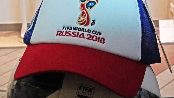 Футбольный мяч и кепка в магазине атрибутики ЧМ-2018 по футболу в Калининграде - Sputnik Аҧсны