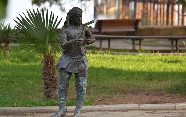 Скульптура Тачкум на набережной Махаджиров - Sputnik Абхазия