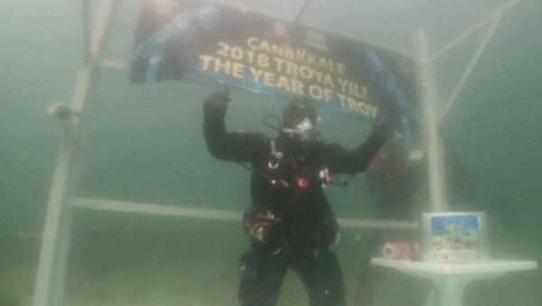 Турецкий аквалангист установил рекорд Книги Гиннесса по самому долгому погружении в самое холодное море - Sputnik Абхазия