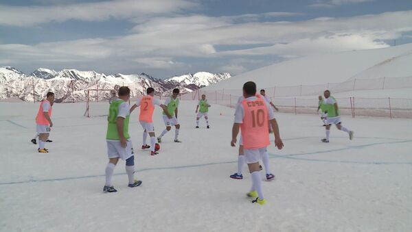 В Сочи любители футбола сыграли на высоте 2000 метров - Sputnik Абхазия