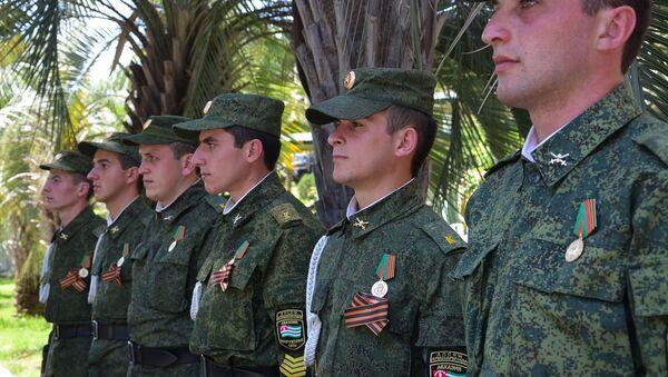 Шестерых курсантов Сухумского военного училища наградили медалью 25 лет министерства обороны Абхазии за участие в проекте Возвращение имени и международном лагере Юный патриот. - Sputnik Аҧсны