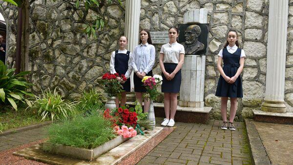 Возложение цветов к могиле Ю.Н.Воронова - Sputnik Аҧсны