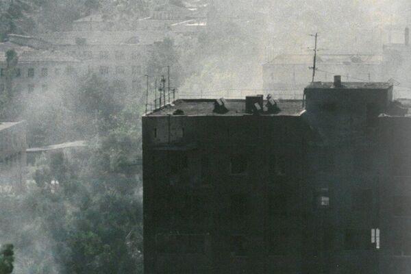 Столица Абхазии пострадала больше всего от военных действий, многие здания до сих пор несут на себе печать войны. - Sputnik Абхазия