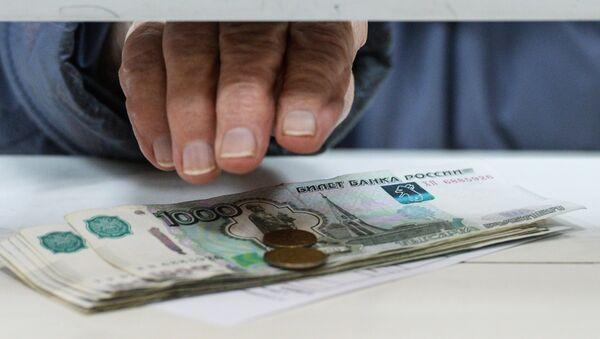 Пенсионер получает пенсию - Sputnik Абхазия