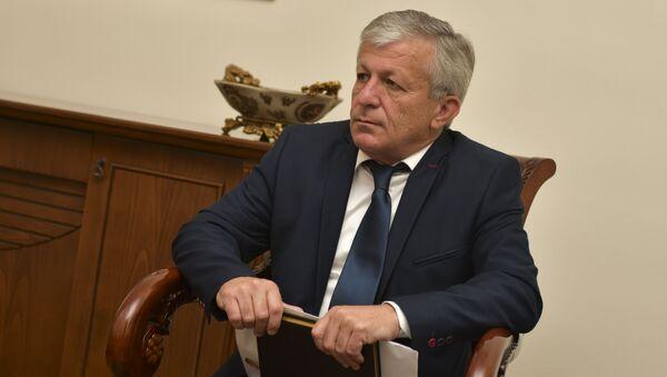 Глава гудаутского района Руслан Ладария во время встречи с президентом - Sputnik Аҧсны