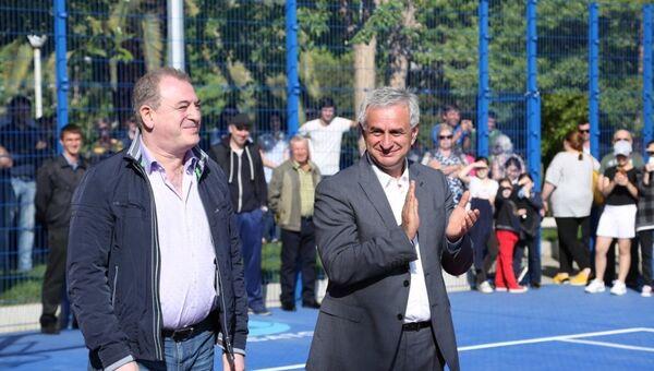 Президент Республики Абхазия Рауль на церемонии открытия многофункциональной спортивной игровой площадки в Пицунде - Sputnik Абхазия