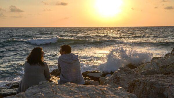 Отдыхающие на побережье Средиземного моря в Тель-Авиве - Sputnik Аҧсны