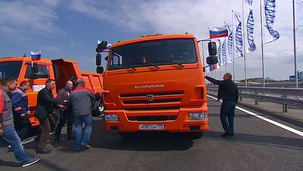 Путин проехал на КамАЗе по Крымскому мосту - Sputnik Абхазия