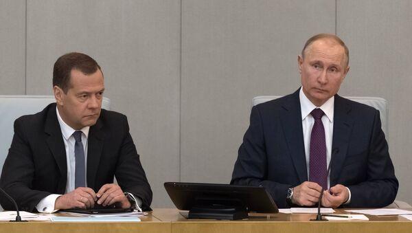 Президент РФ В. Путин и кандидат на пост премьер-министра РФ Д. Медведев приняли участие в пленарном заседании Госдумы РФ - Sputnik Абхазия