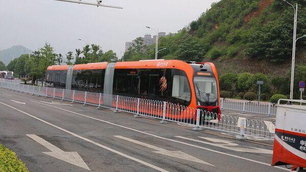 Безрельсовый электропоезд показали в Китае - Sputnik Абхазия