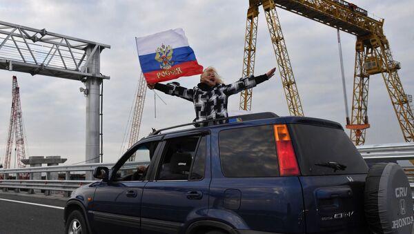 Автомобилист едет по автодорожной части Крымского моста - Sputnik Абхазия