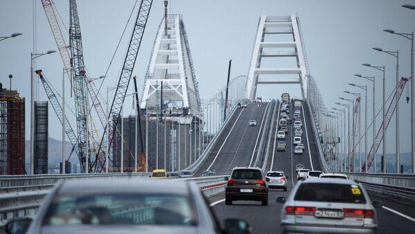 Автомобильное движение по автодорожной части Крымского моста - Sputnik Аҧсны