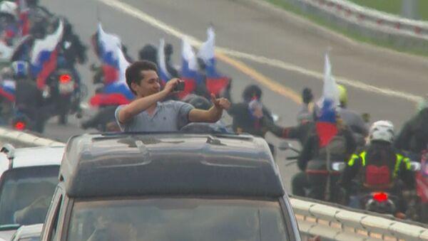 Тысячи машин проехали по мосту в Крым в первый час после его открытия - Sputnik Абхазия