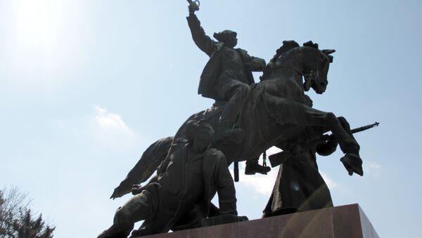 Памятник Буденному. Легендарное место встречи Под яйцами. Местные студенты ввели традицию красить причинное место коня на Пасху - Sputnik Абхазия