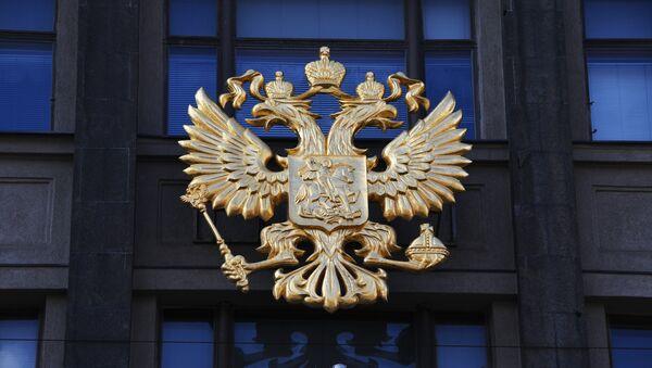 Герб на здании Государственной Думы РФ на улице Охотный ряд в Москве. - Sputnik Абхазия