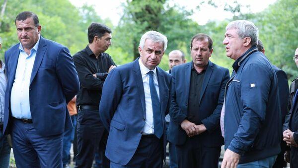 Президент Рауль Хаджимба во время рабочей поездки в село Члоу - Sputnik Аҧсны
